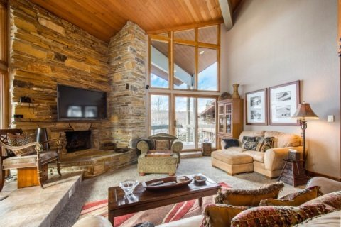 "Deer Valley Powder Run features a large great room, 70"" HDTV, private balcony with hot tub and comfortable furnishings."
